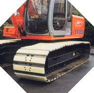 Raupenbagger ausgerüstet mit Felastec® - Polster auf Raupenbodenplatten oder Raupenplatten